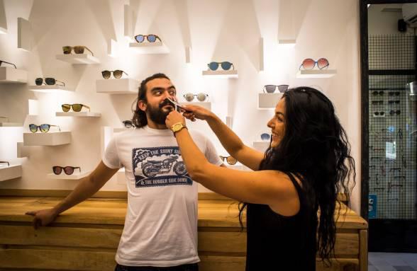 """""""Sub-culture"""" των οπτικών: Δικά μας άτομα μας βάζουν τα γυαλιά στην Θεμιστοκλέου"""