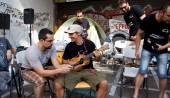 Ο Manu Chao τραγουδά για ελευθερία και αυτοδιαχείριση στο κέντρο της Αθήνας [PHO
