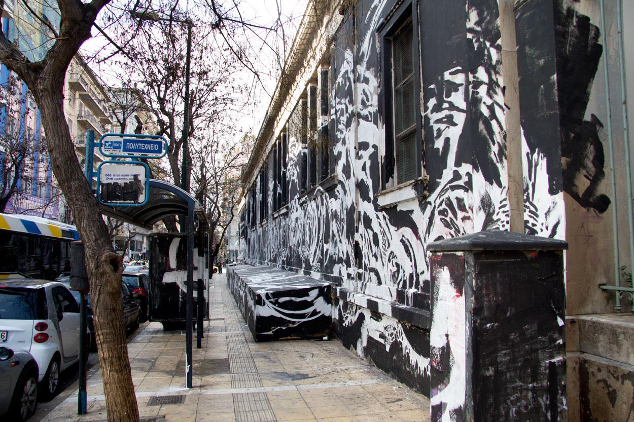 Το τεράστιο μαύρο γκραφίτι στο πολυτεχνείο