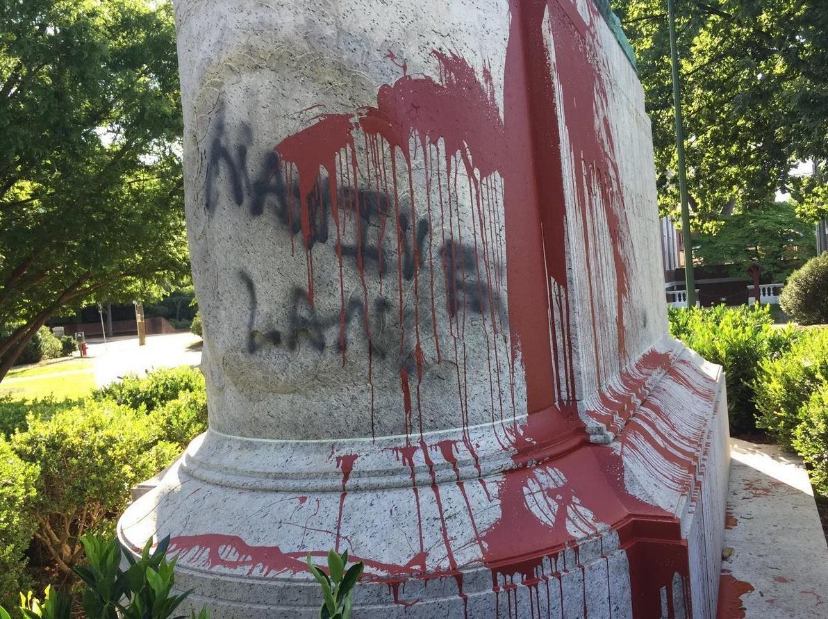 Το Άγαλμα του Robert E. Lee μετά από παρέμβαση στο Σάρλοτσβιλ, ένα μήνα πριν το τρομοκρατικό χτύπημα