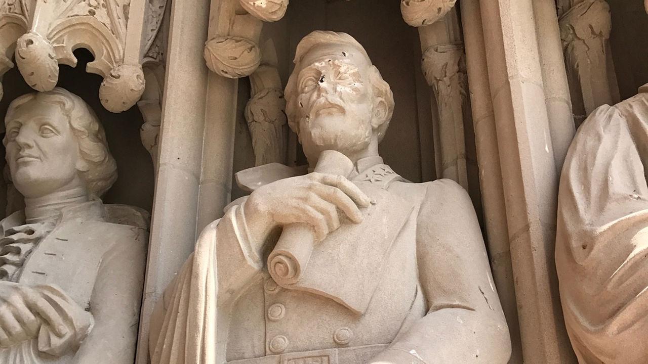 Το άγαλμα του Lee στο Duke University - ελαφρώς παραμορφωμένο