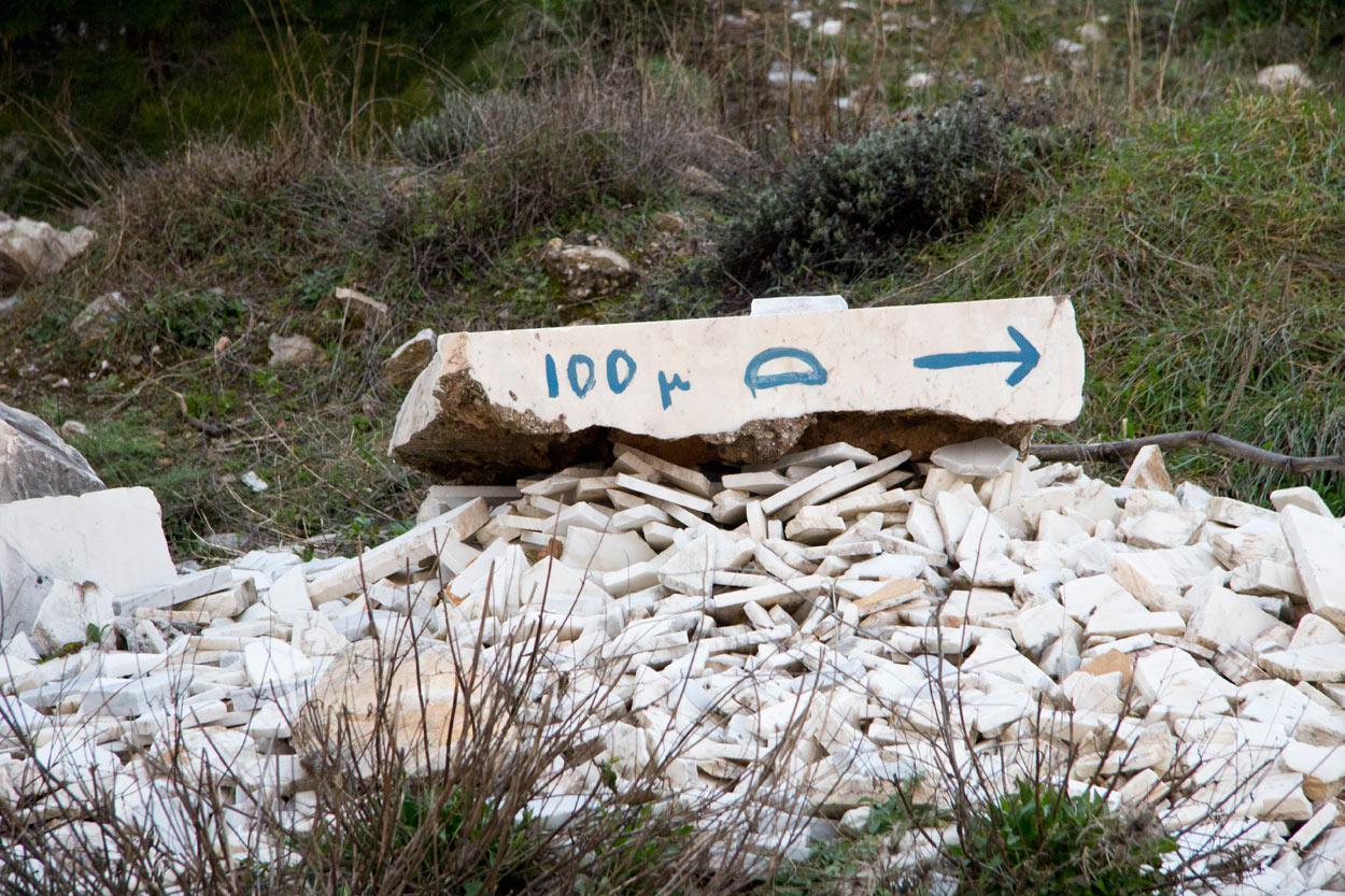 Στο ανέβασμα προς την σπηλιά του Νταβέλη